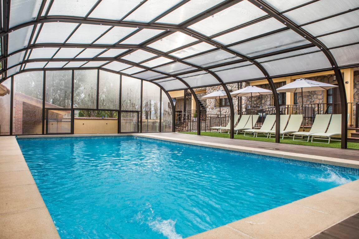 Zonas comunes piscina climatizada cubierta y grandes barbacoas